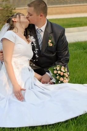 newlyweds kissings